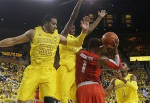 After losing at Indiana, Michigan bounced back at home with a huge win (photo credit: AP Photo).