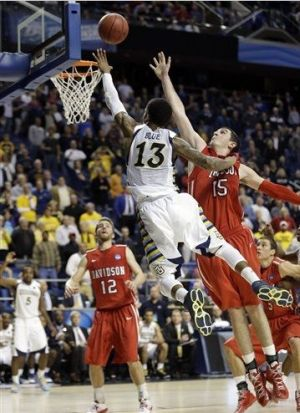 Vander Blue's game-winning layup put Marquette to the third round and sent a devastated Davidson squad home. (AP)