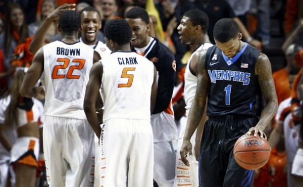 Joe Jackson (right) walks dejectedly off the floor dueing the second half of a rout at the hands of Oklahoma State. (Memphis Commercial-Appeal)
