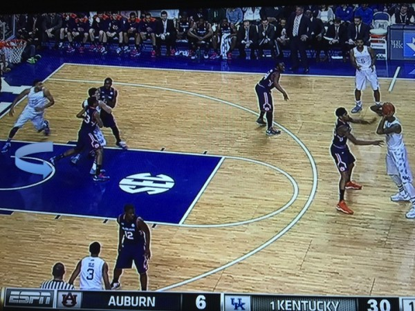 Kentucky looks to get Towns open in the post (screen grab via ESPN).