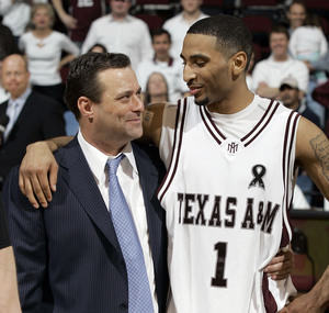 Then-head coach Billy Gillispie and point guard Acie Law IV went 27-7 in 2006-07. (Paul Zoeller/Associated Press)